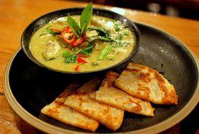 Цыпленок в зелоном карри, очень вкусное и популярное блюдо среди иностранцев.
